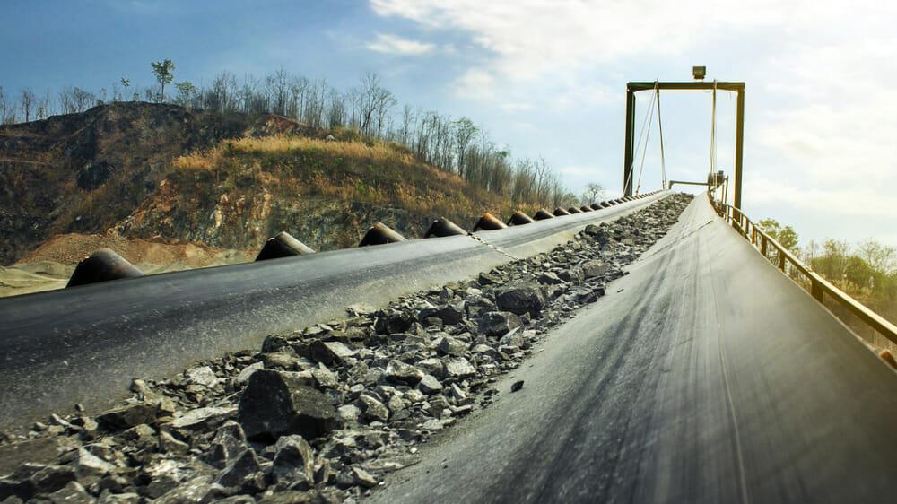 Industrielle Förderanlage bewegt Rohstoffe aus einem Bergwerk